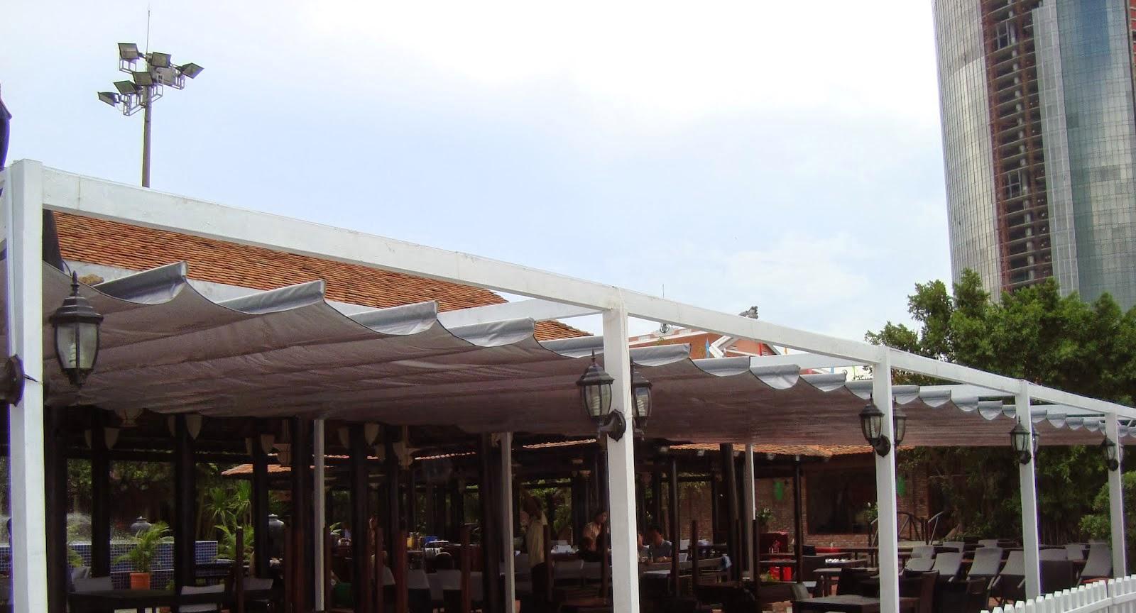 Mái xếp lượn sóng quán ăn